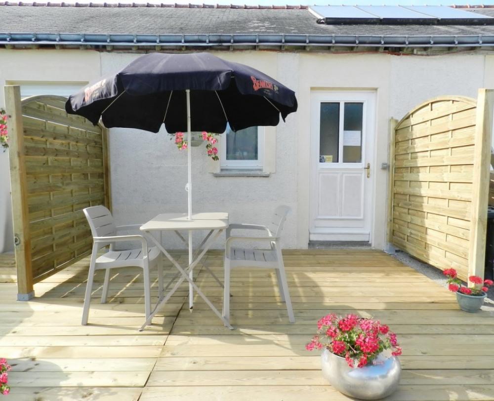 L'EXTERIEUR : La terrasse, son salon de jardin et son barbecue