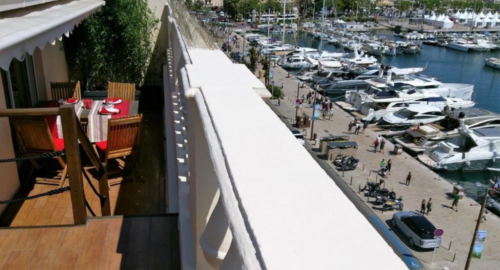 Terrasse ensoleillée offrant une vue à 360° sur le Suquet, le port, les Ile...