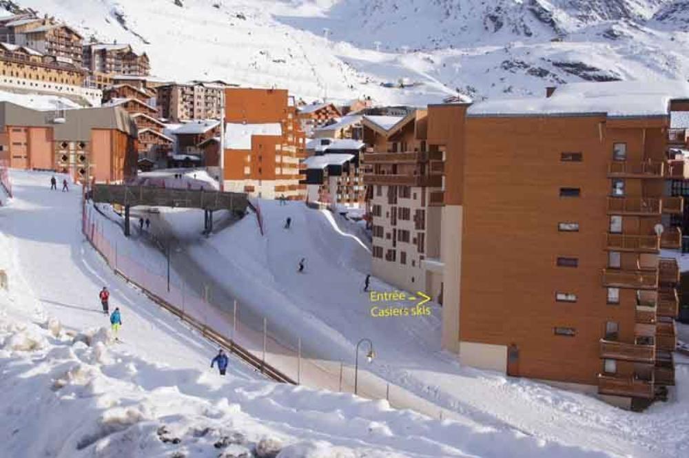 accès skieurs - skis aux pieds