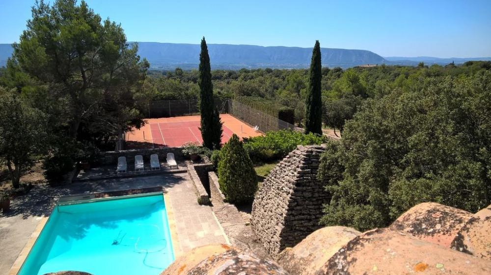 Mas provençal avec vue sur le Luberon, piscine, tennis dans la garrigue au calme