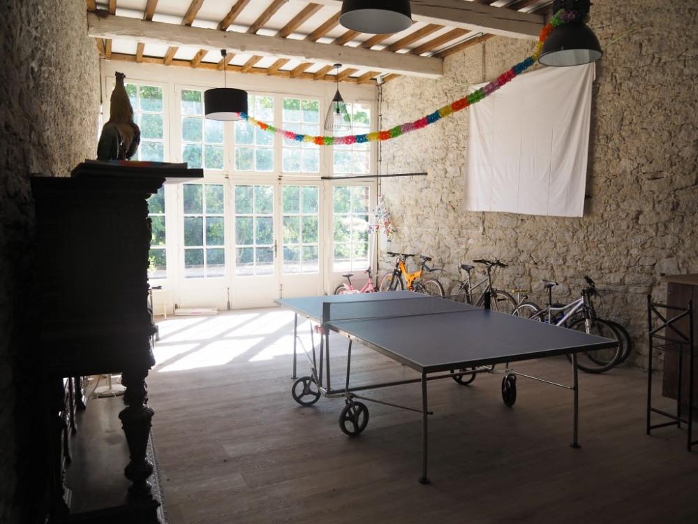 L'orangeraie : salle de jeux, vélos dont 1 vélo elliptique, avec son bar et s...