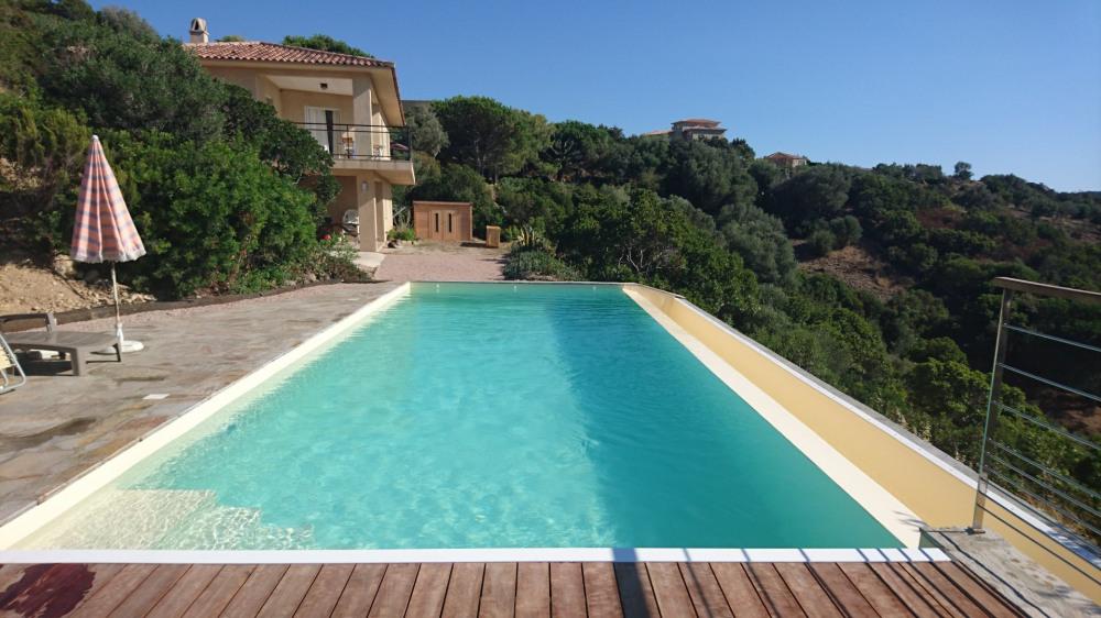 Appartement spacieux en rez de jardin dans une villa surplombant la baie de Cupabia.