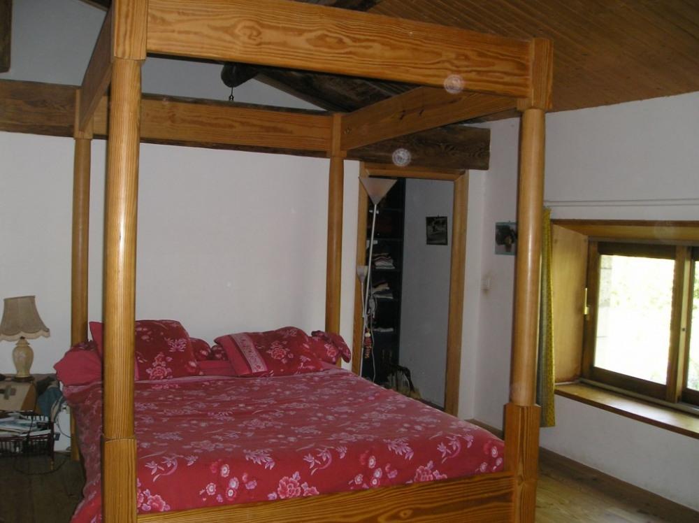 une chambre à lit double