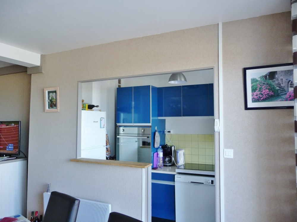 Cuisine aménagée avec ouverture sur salle à manger