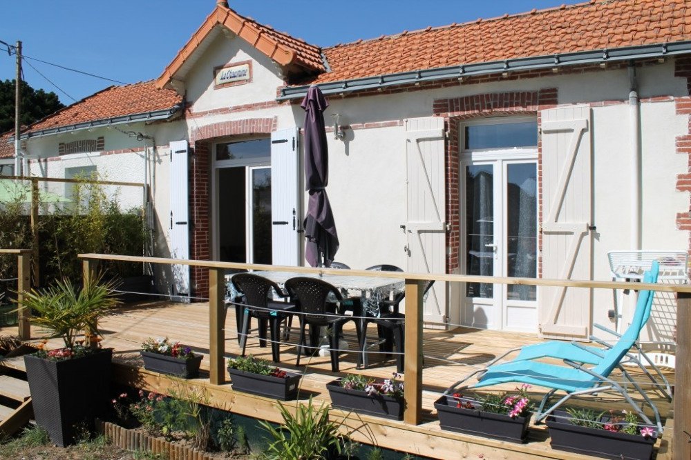 La façade ensoleillée et sa terrasse