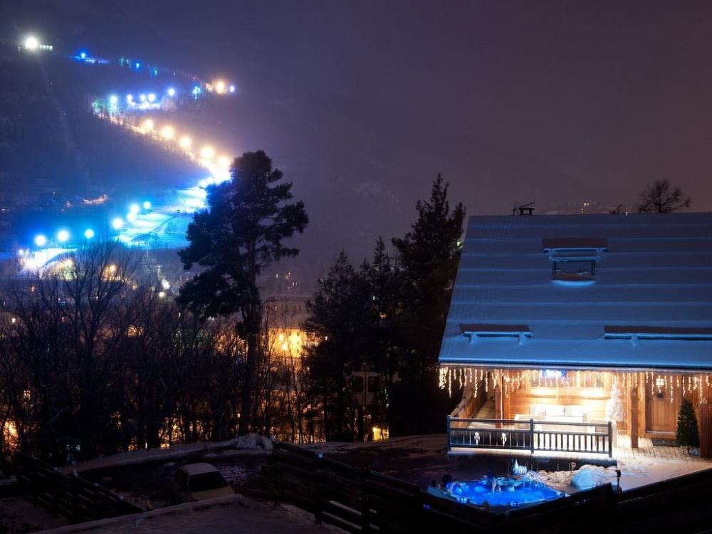 Vue du chalet avec en arrière plan la piste de ski éclairée du Prorel