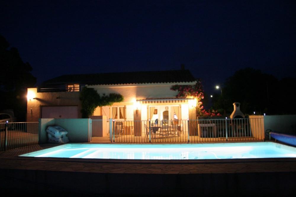 la nuit au bord de la piscine