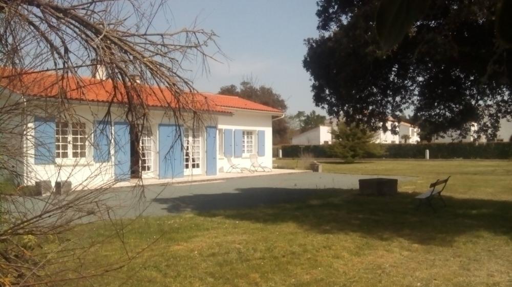 Villa face à la plage de la Rémigeasse avec grand terrain clos.