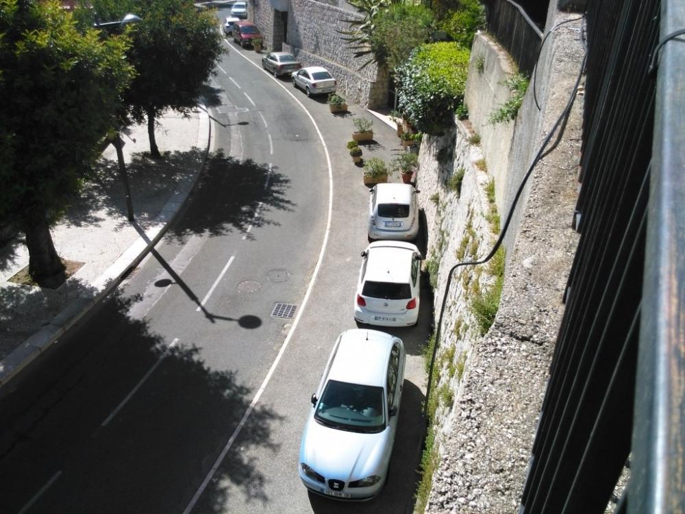 On se gare en contrebas de la résidence, le long du boulevard.
