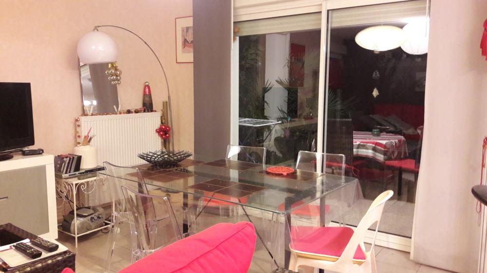 Appartement en rez de chaussez sans vis à vis dans petite résidence sécurisée avec piscine.