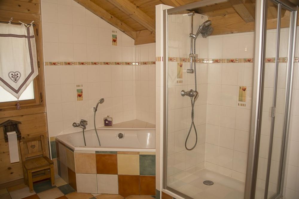 salle de bain a l`étage avec baignoire