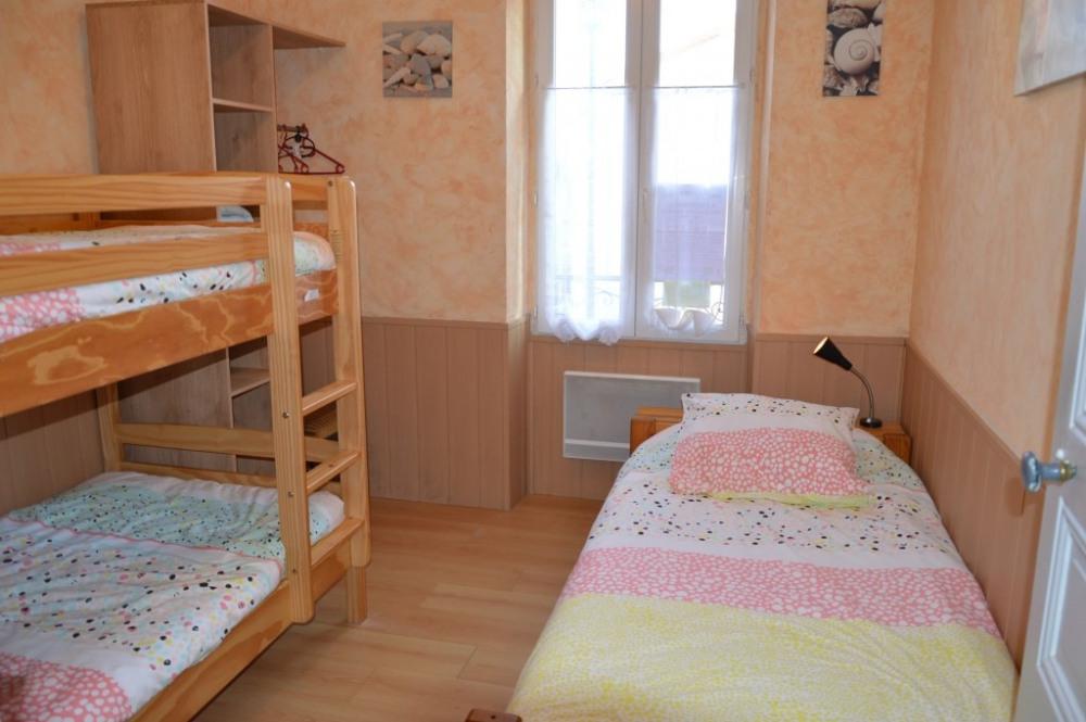 Chambre enfants : 2 lits superposés, 1 lit simple 90cm