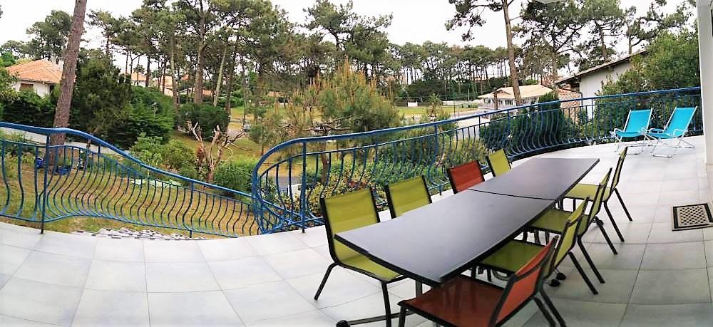 Terrasse du 1er étage avec vue sur le bassin