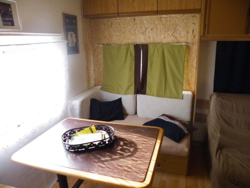 intérieur table avec banquette et banc