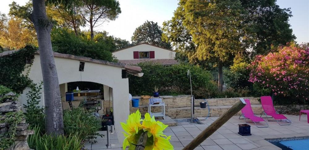 photo prise du pool house avec la maison en fond d