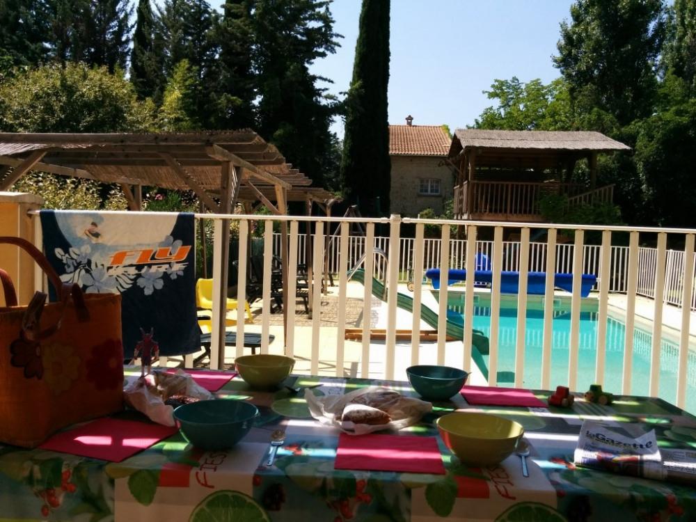 le petit déjeuner sur la terrasse à l'ombre