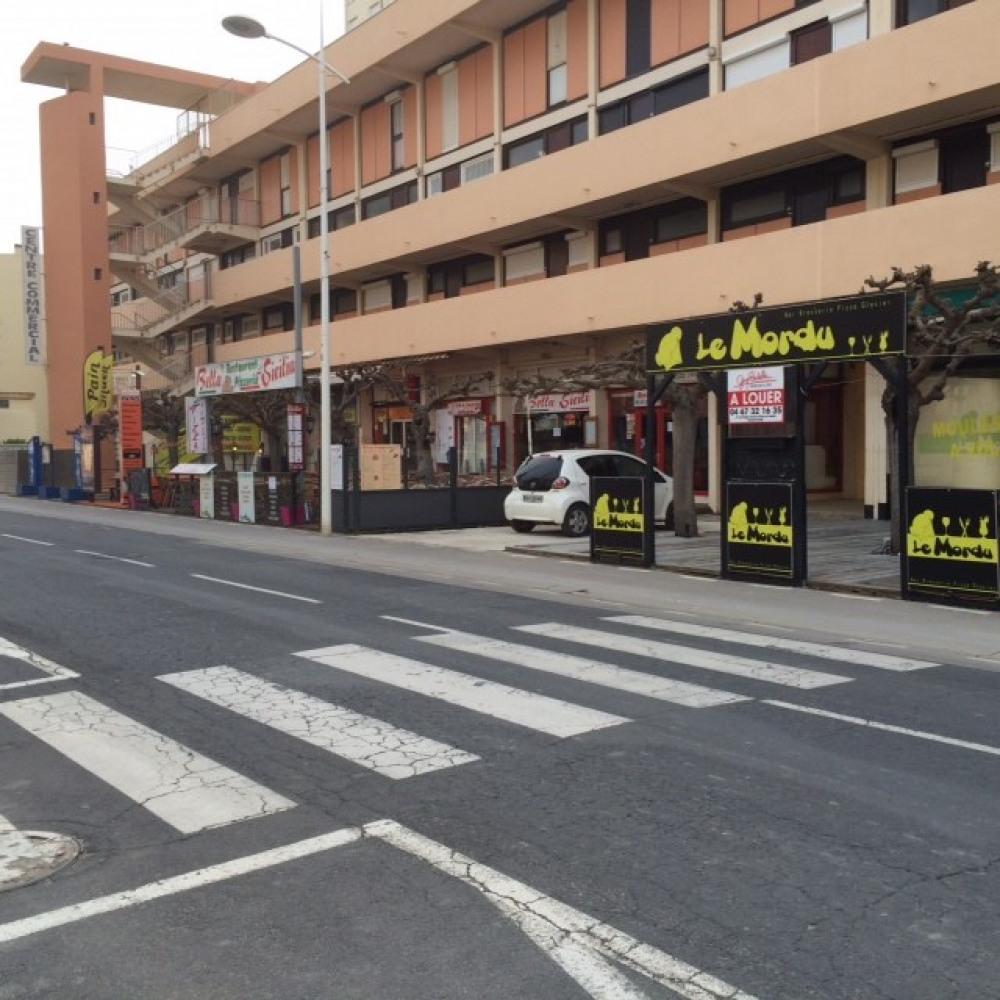 divrers commerces et restaurants devant la résidence