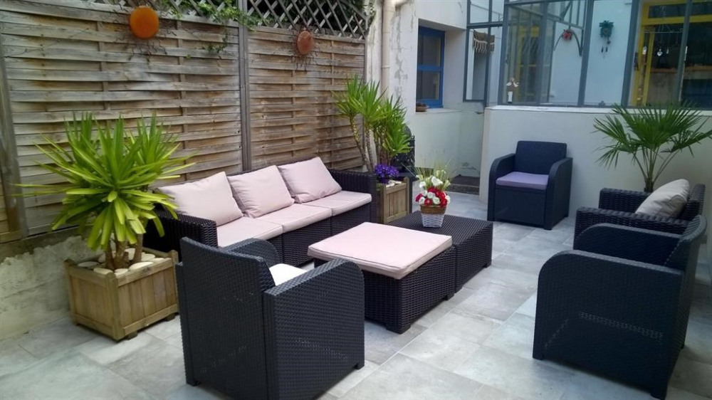 Cour privative (20m2) avec salon de jardin