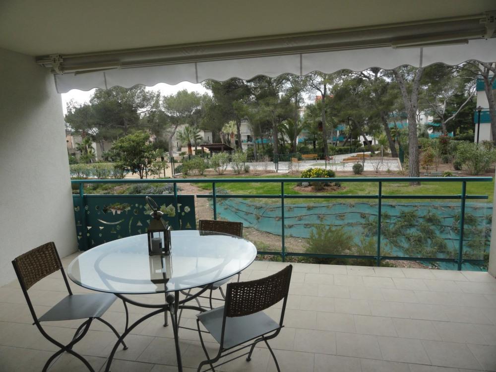 terrasse donnant sur le parc , avec table et salon de jardin