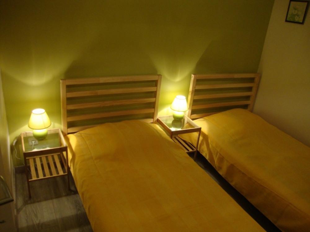 La chambre avec deux lits de 90