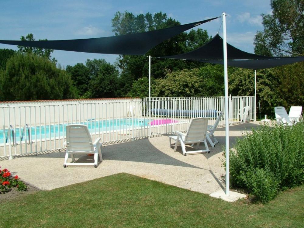 La piscine et ses voiles d'ombrage