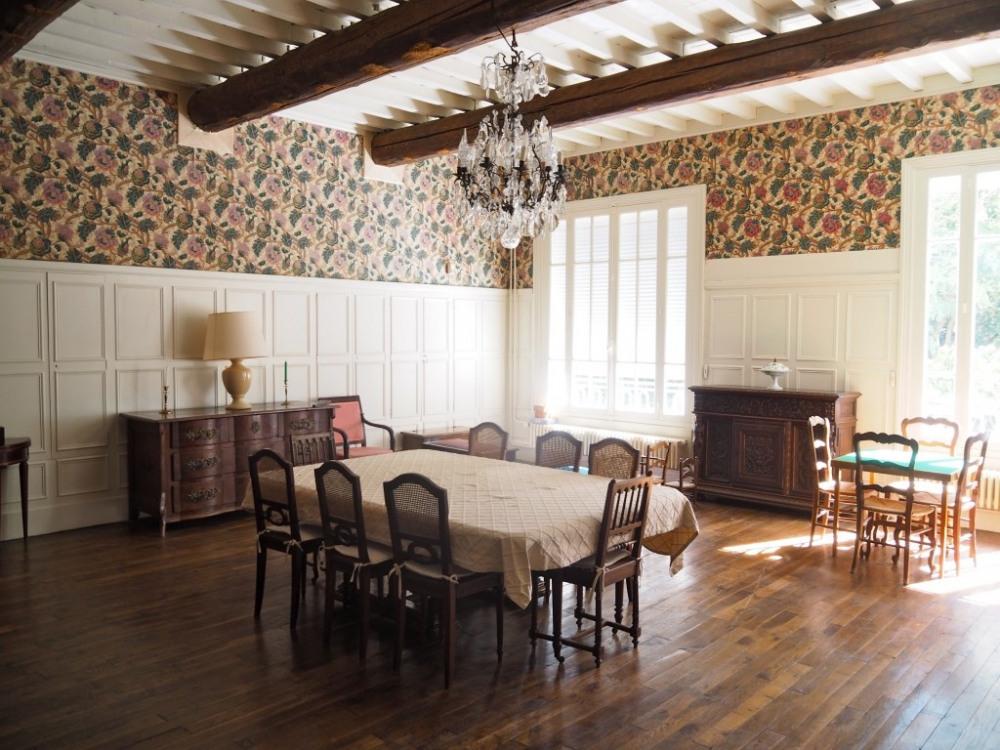 La salle à manger entièrement rénovée et redécorée garde son charme ancien