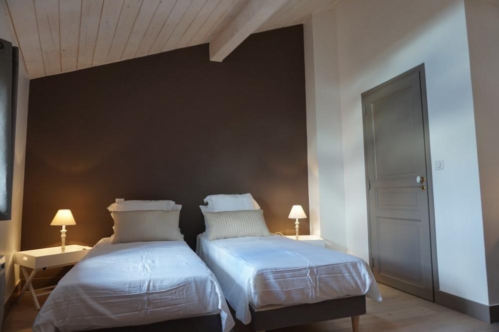Chambre 2 de + 20m2 à l'étage : lit en 160x200 cm ou 2 lits en 80 x 200 cm TV...