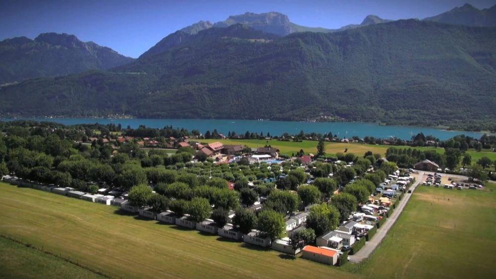 Sur 6 hectares d'espaces locatifs, au pied du massif des Bauges, à seulement 800 m du lac d'Annecy et 500 m de la pis...