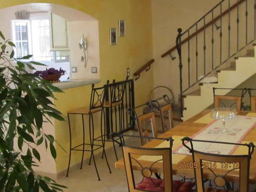 Salle à manger avec escaliers donnant à l'étage