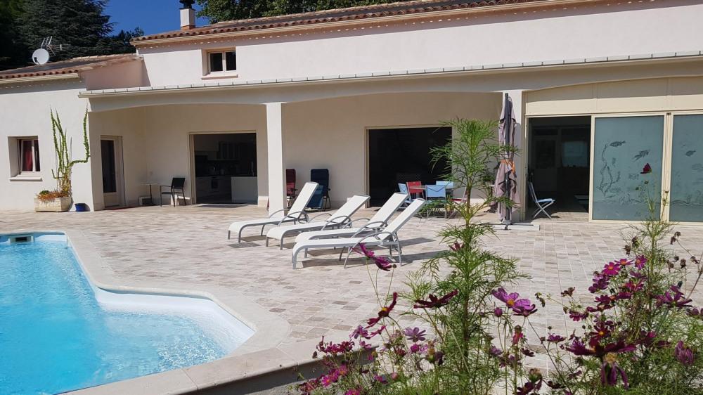 La piscine extérieure et le auvent coté maison