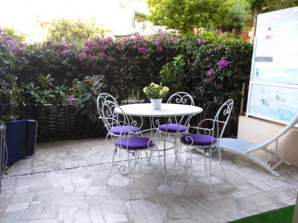 Entourée de bougainvillées, la terrasse, table 4 chaises et 2 chaises longues.
