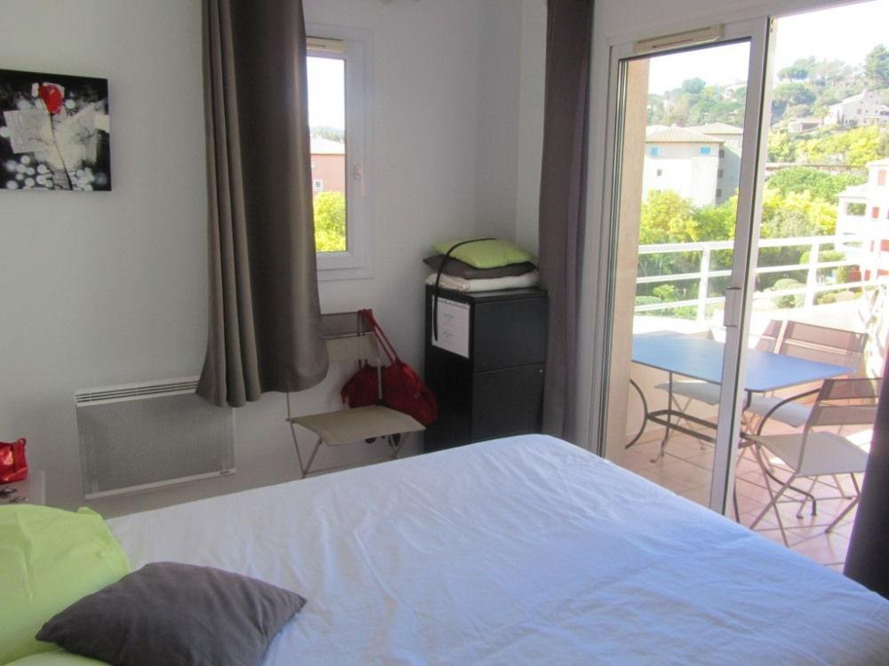 T3 chambre avec porte fenêtre sur terrasse