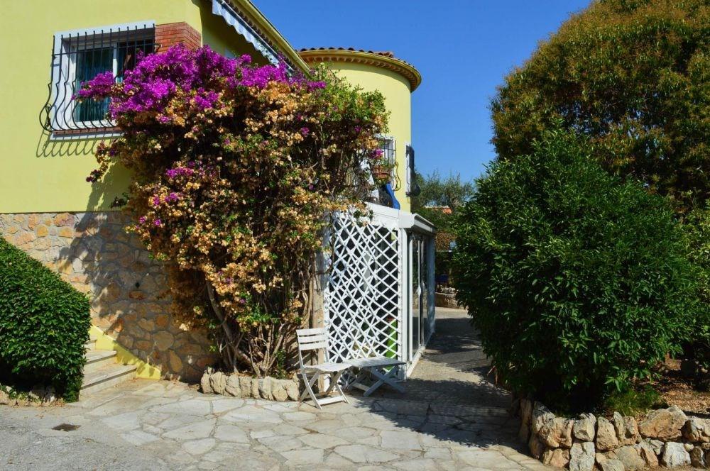 ANTIBES (06) - VILLA PHALENES. Appartement Studio en rez-de-jardin de villa - 24 m² environ - jus...