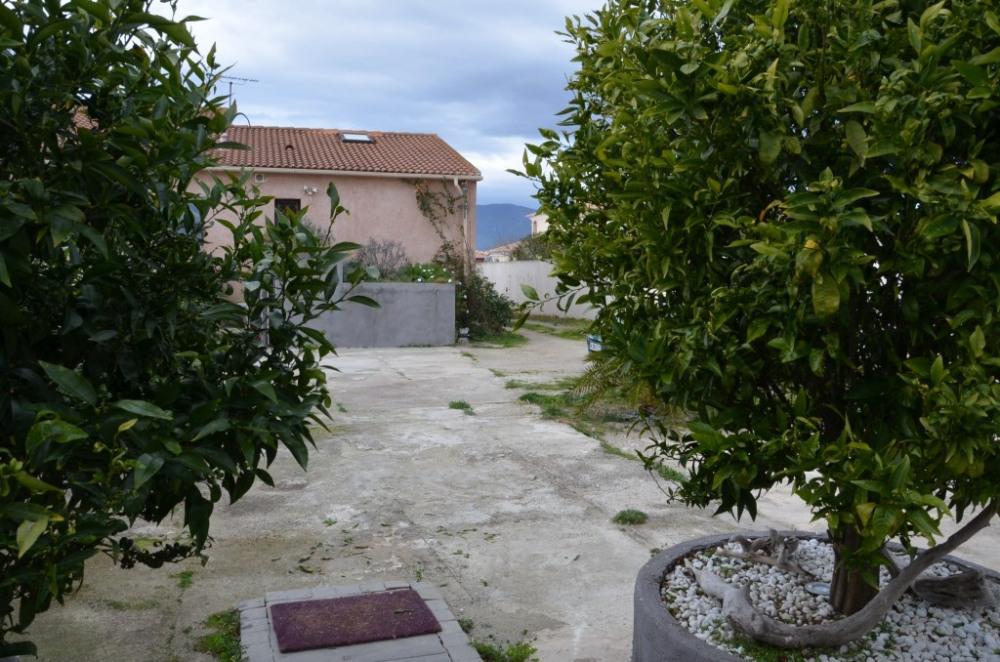 Point de vue depuis la terrasse. Stationnement possible devant le studio.