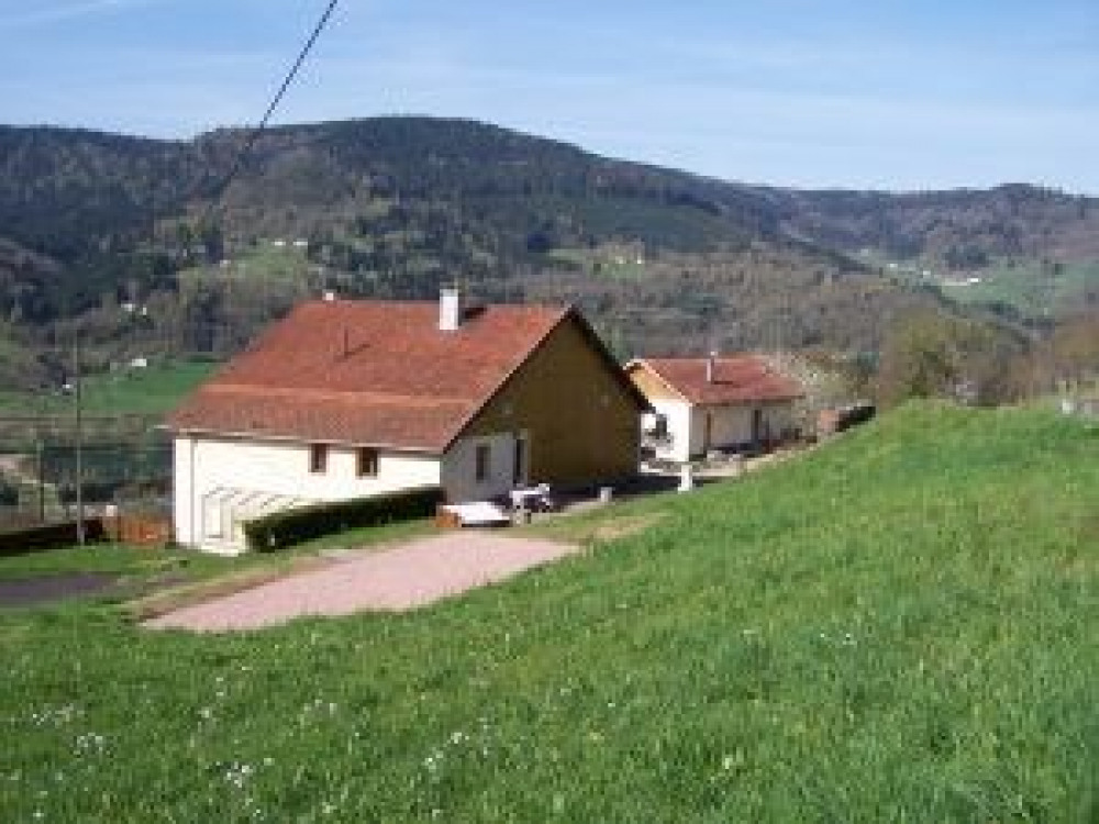 Meublé de 54 m² pour 4 /5 personnes. Situé sur les hauteurs de Saulxures, vue sur la vallée et le lac de la Moselotte...
