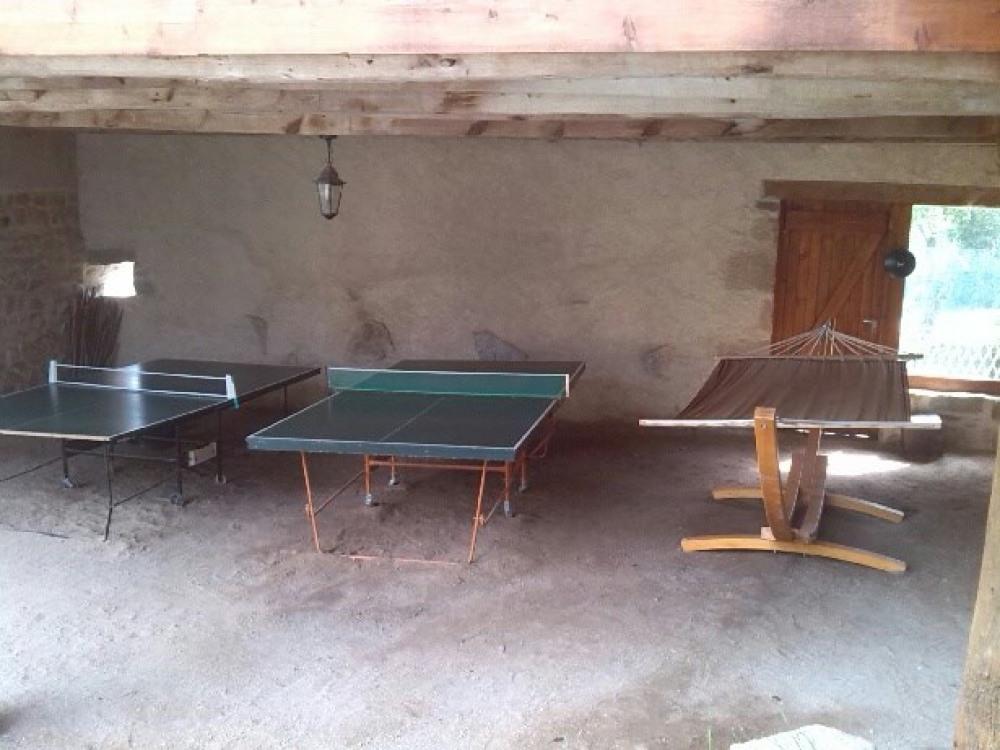 les 2 tables de ping-pong et le hamac bien éclairés pour les longues soirées