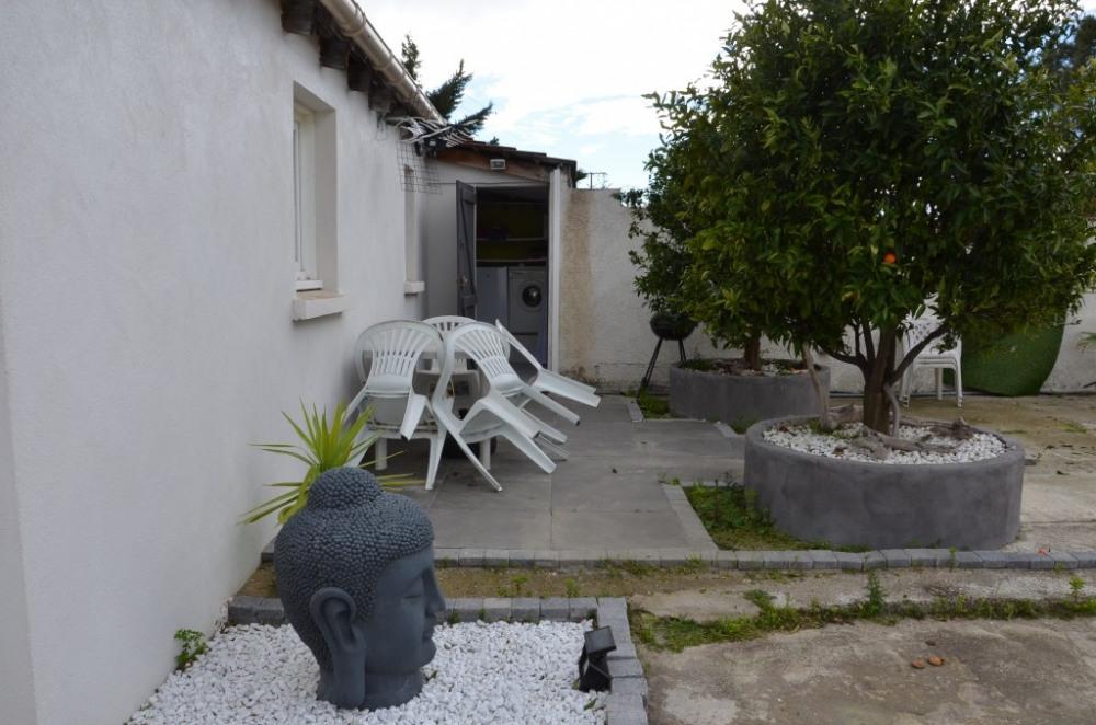 La terrasse et l'entrée du studio.