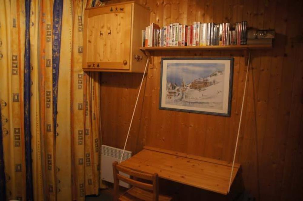 chambre parentale avec bureau et télé