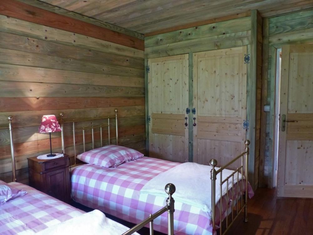 chambre à 2 lits équipée de placard penderie