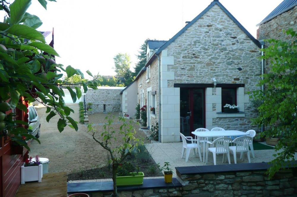 La terrasse et la cour