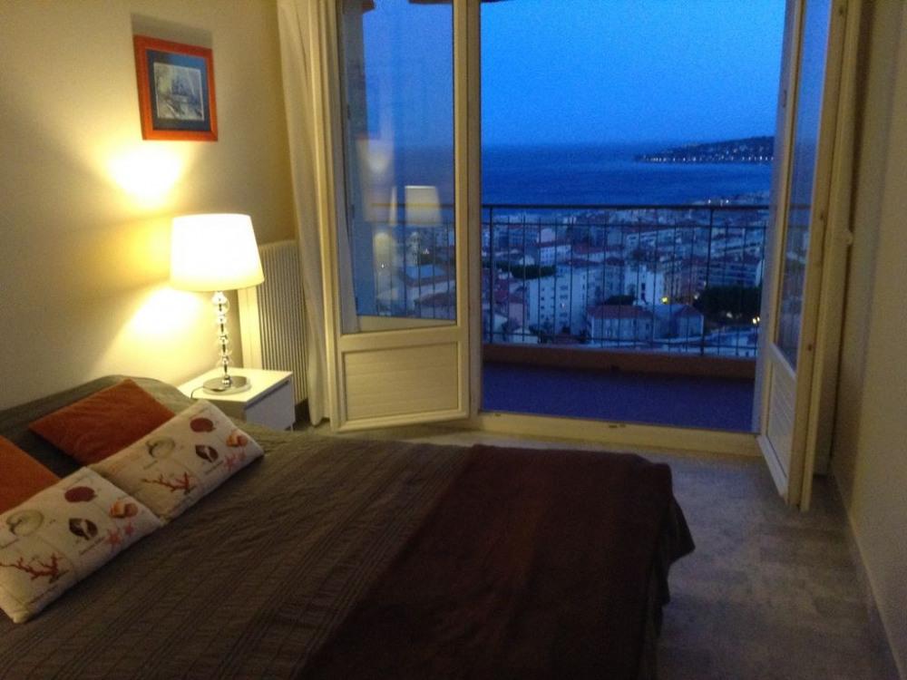 Chambre vue sur mer (large baie vitrée) vue de nuit