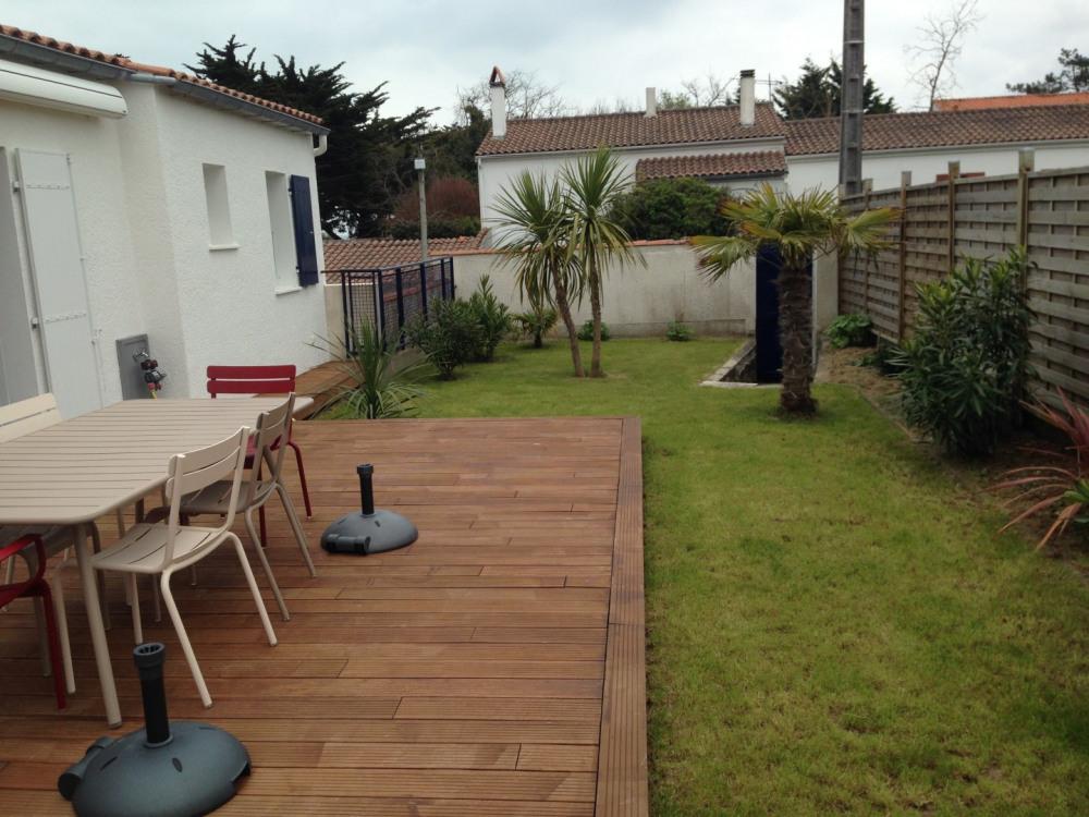 La terrasse en bois de 30 m2 est (orientée Sud-Ouest) est idéale pour les repas.