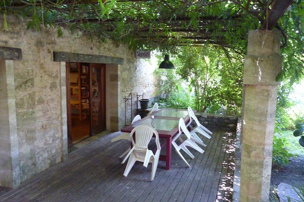 la table sous la terrasse