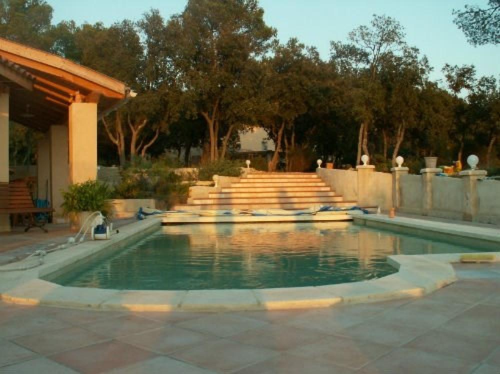 piscine et escaliers menant à la maison