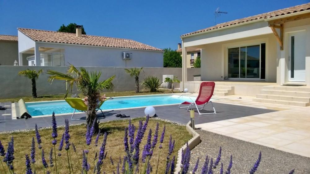 Belle location contemporaine avec piscine