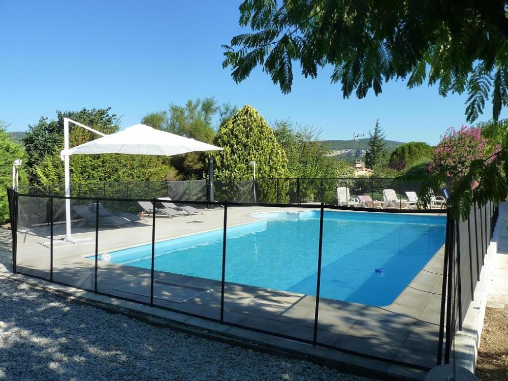 piscine sécurisée avec escalier roman