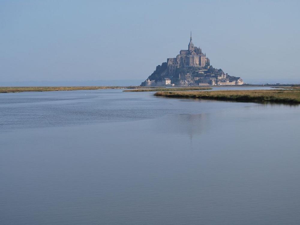 Le Mont-St-Michel entouré d'eau