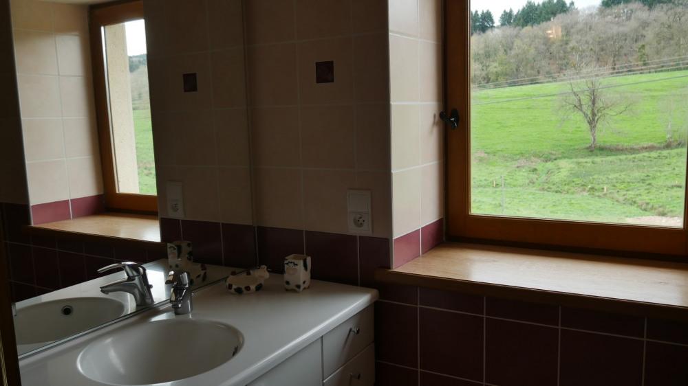la salle de bains de l'étage a une baignoire