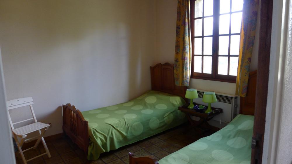 Chambre droite avec 2 lits une place et climatisation dans la chambre