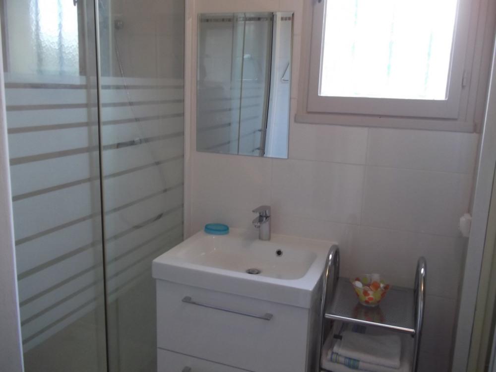 salle de bain avec fênetre